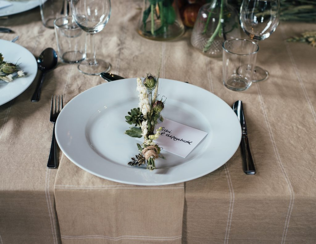 食器がテーブルの上に載っている