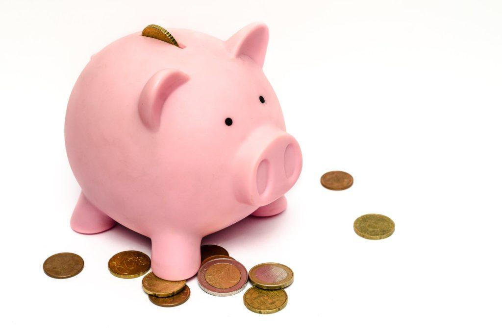 豚の貯金箱にお金が入っている