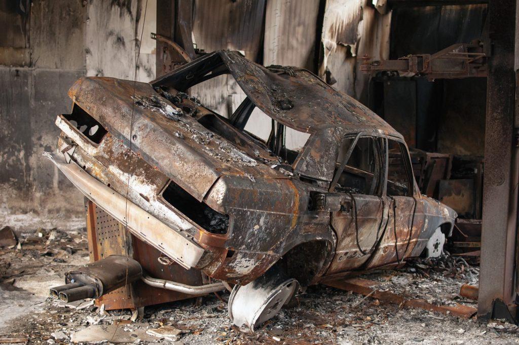 燃えた車が写っている