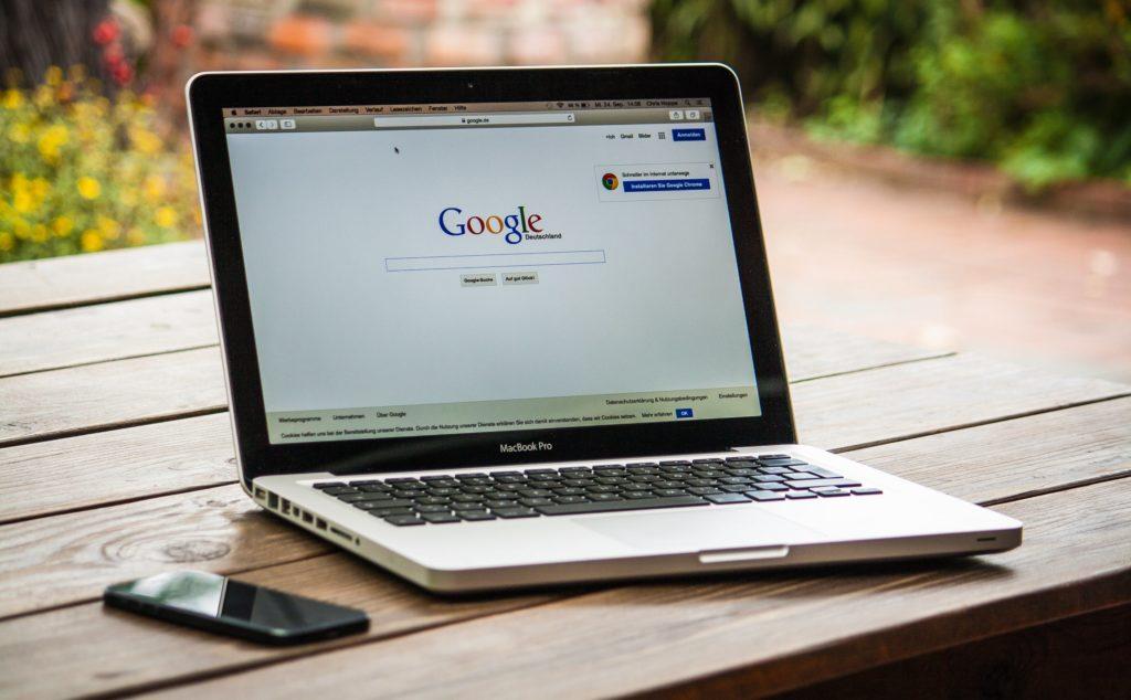 MacBookでGoogleを開いている