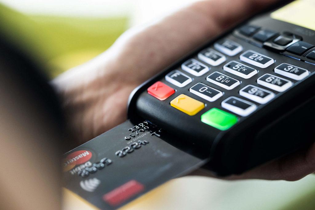 クレジットカード決済をしている