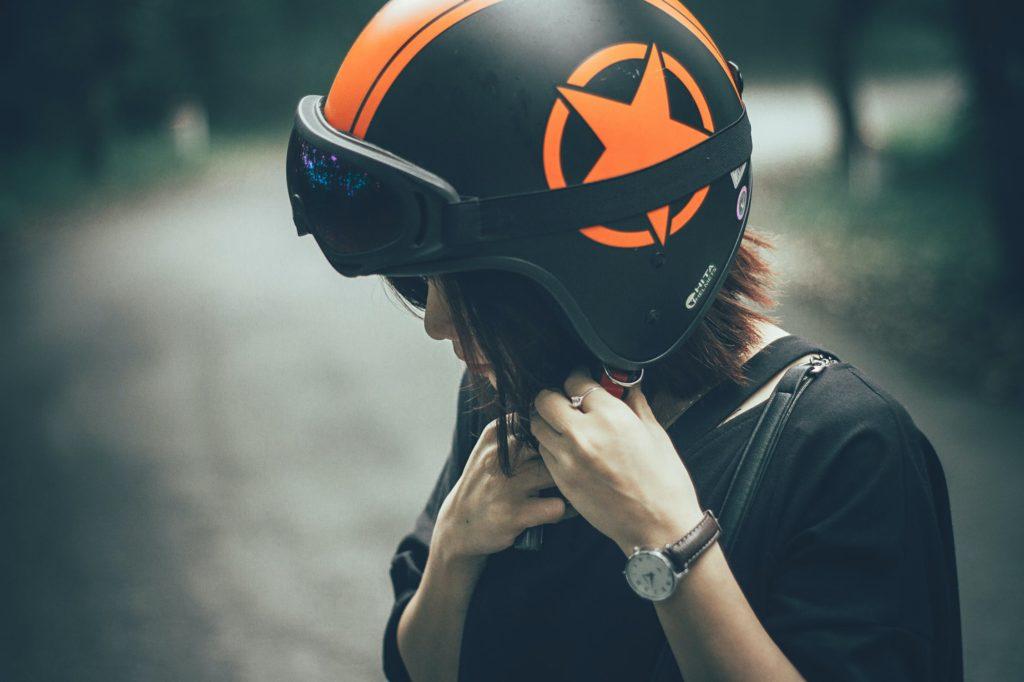 女性がヘルメットを付けている